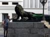 Was tut er dem Löwen da an?